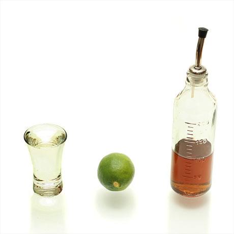 Making of Caipirinha. Step 1. Cachaca, lime, rich sugar syrup (Делаем Кайпиринью. Шаг 1. Кашаса, лайм, сахарный сироп)