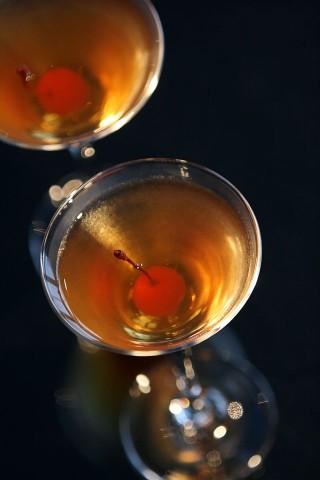 The beauty Orange Bloom Cocktail garnished with red maraschino cherry (Очень красивый коктейль Цветок Апельсина украшенный красной мараскиновой вишней)