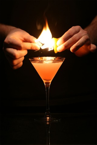 The Cosmopolitan Cocktail with flame (Украшение коктейля Космополитен горящей кожурой апельсина)