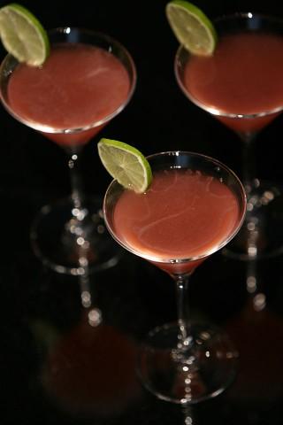Three beauty Cosmopolitans garnished with lime (Три коктейля Космолитан украшенных лаймом)