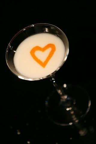 The Creme Brulee Martini Cocktail garnished with orange peel heart (Коктейль Крем-брюле Мартини украшенный сердечком из апельсиновой кожуры)