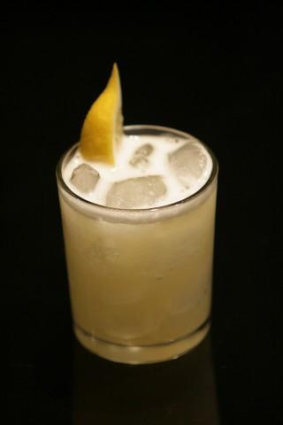 The Bee's Knees Cocktail garnished with lemon wedge (Коктейль Высший Сорт украшенный долькой лимона)