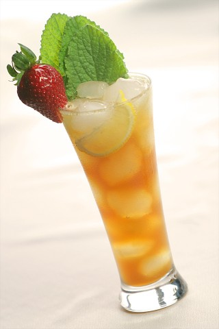 The Pimm's Cup with fresh lemonade garnished with borage (Коктейль Пиммс Кап украшенный бурачником)
