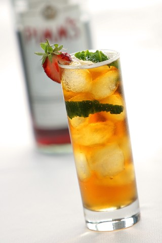 The Pimm's Cup garnished with strawberry and cucumber (Пиммс Кап украшенный клубникой и спиралью огуречной кожуры)