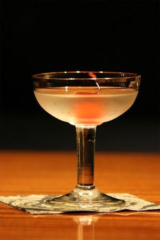 The Fairbanks Cocktail in vintage glass (Коктейль Фэрбенкс в винтажном коктейльном бокале)