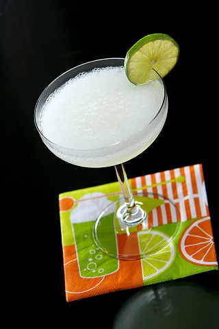 The Limey Cocktail garnished with a lime wheel (Коктейль Лайми, украшенный колесиком лайма)
