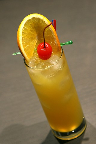 The Harvey Wallbanger Cocktail garnished with an orange wheel and red maraschino cherry (Коктейль Харви Вальбангер, украшенный колесиком апельсина и красной мараскиновой вишней)
