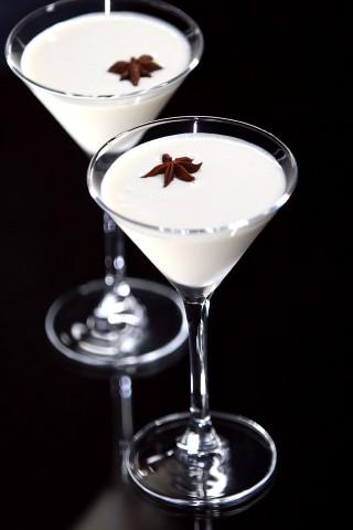 The Alexandra Special Cocktail garnished with star anise (Коктейль Александра Особый, украшенный звездочкой бадьяна)