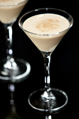 The Brandy Alexander Cocktail dusting with nutmeg (Коктейль Брени Александер, украшенный тертым мускатным орехом)