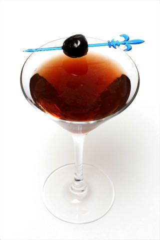 The Dubonnet Manhattan Cocktail garnished with a amarena cocktail cherry (Коктейль Дюбонне Манхэттен, украшенный коктейльной вишней)