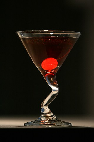 The Dubonnet Manhattan Cocktail garnished with a red marascniho cherry (Коктейль Дюбонне Манхэттен, украшенный красной мараскиновой вишней)