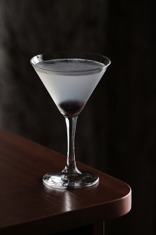 Aviation Cocktail in the dark | ScienceOfDrink.com
