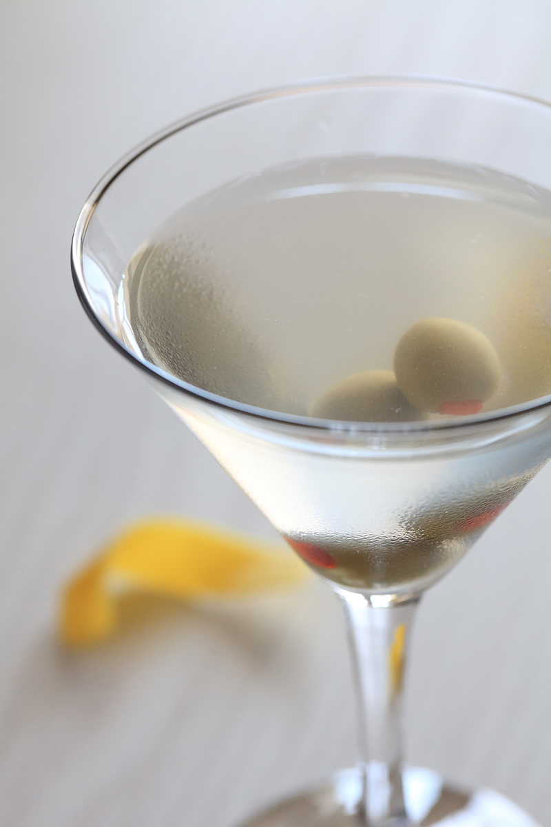 Dirty Martini Close Up | ScienceOfDrink.com