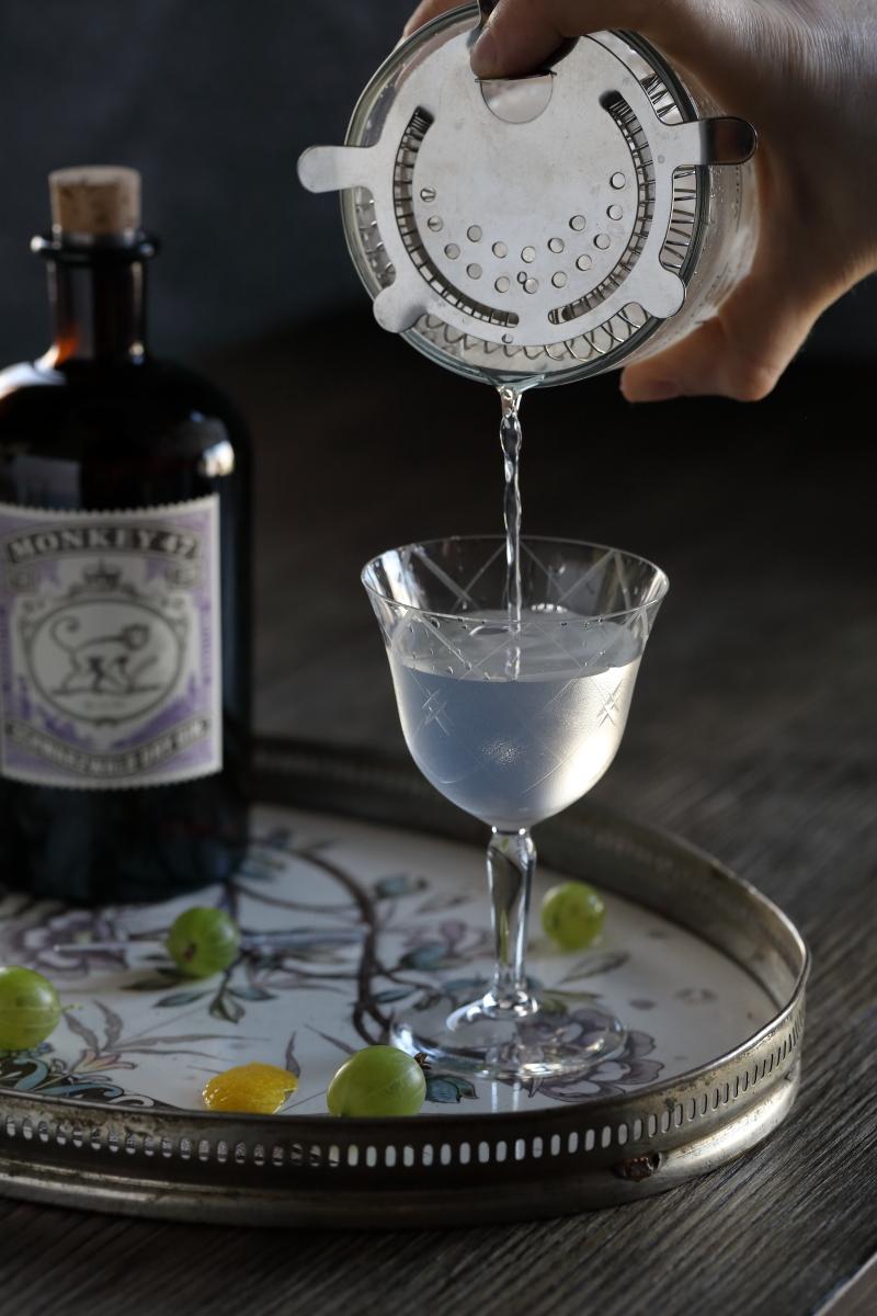 Making a Monkeytini - pour | ScienceOfDrink.com